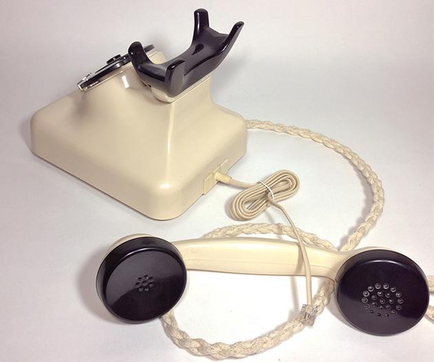 ダイヤル式の白い電話