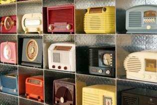 カラフルでレトロなラジオ